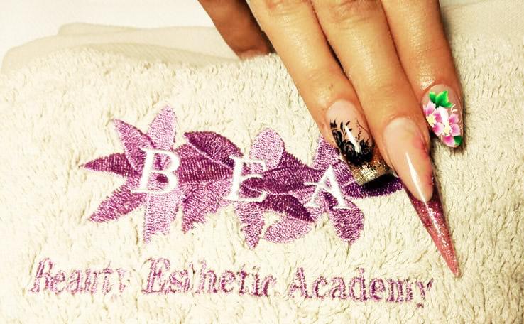 Dimostrazione di applicazione unghie in gel alla scuola Bea di Rivalta di Torino